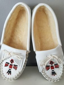 Minnetonka | White Moccasin Beaded Slippers Sz 5